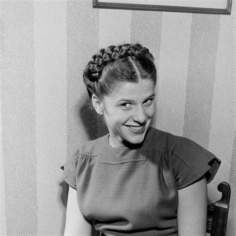 a cheerfully smiling 1940s shows lovely