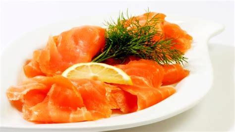cuisiner saumon fumé fusillis au saumon fumé crevettes et noix de pin grillées