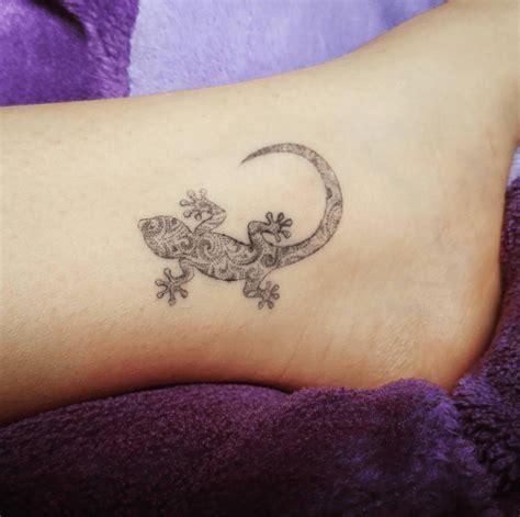 tatouage femme cheville pied cochese tattoo