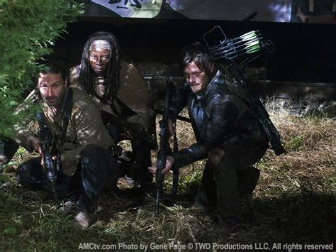 """The group discovers a member did not make it to safety inside the subway car. The Walking Dead: Recap zu Folge 16 """"Stirb und töte"""" aus ..."""