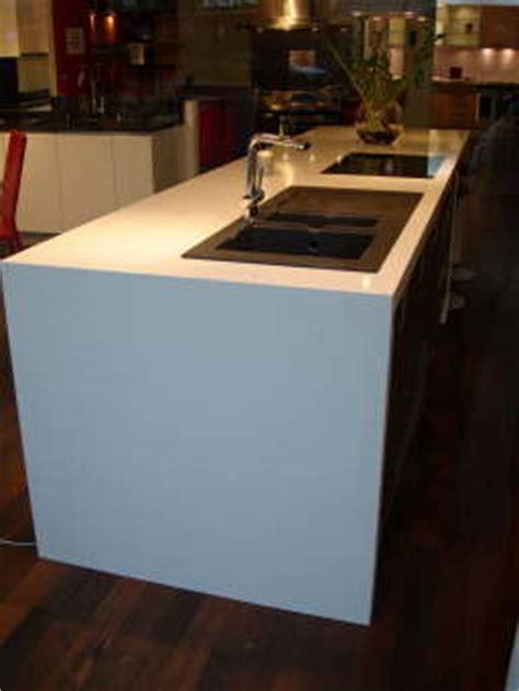d 233 233 vier et plaque de cuisson sur une cuisine en composite blanc marbrerie et
