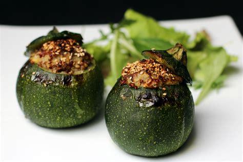 cuisiner des courgettes rondes courgettes rondes farcies au quinoa sans gluten vegan