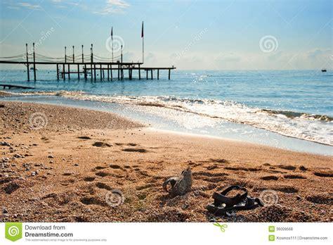 chaussures sur le au bord de la mer photos libres de droits image 36009568