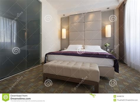 chambre avec salle de bain intérieur d 39 une chambre à coucher d 39 hôtel de luxe avec la
