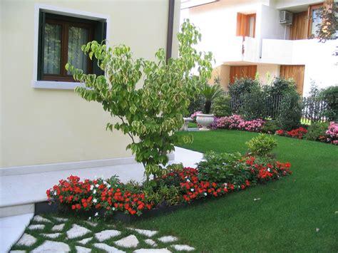 immagini di giardini progetto piccolo giardino con fioriture stagionali verde