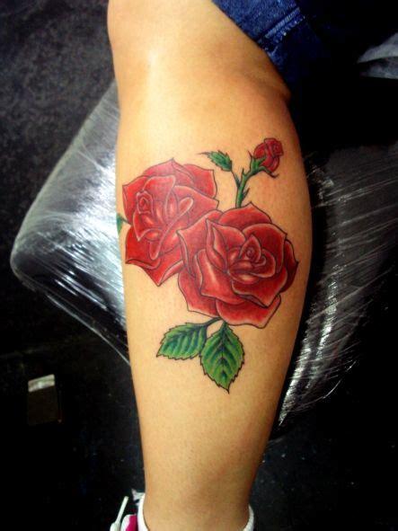 tatuagem flores rosa colorida perna panturrilha