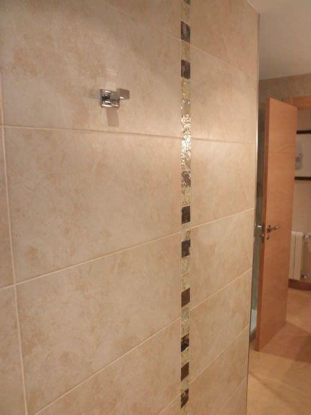 azulejo cuarto de bano beige marron claro cenefa
