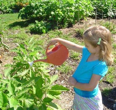 garden themes for preschool children lovetoknow 552 | 69351 405x384 Meghan gardening