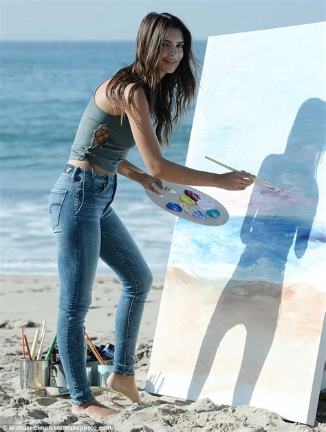 Emily Ratajkowski shows off her abs and her artistic side ...