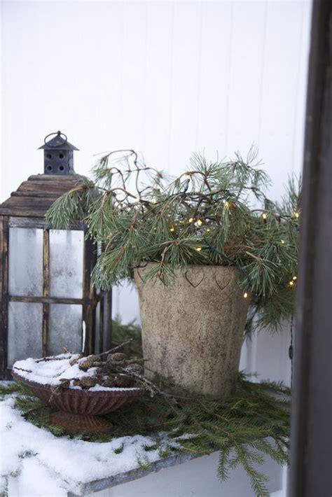 Weihnachtsdeko Auf Dem Gartentisch by Weihnachtslichter Und Dekoration Auf Dem Gartentisch