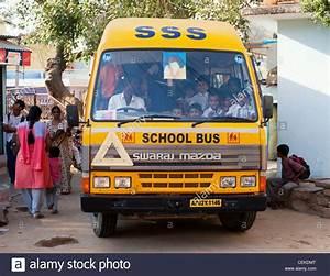 Indische Schule Bus durch die indische Stadt Puttaparthi ...