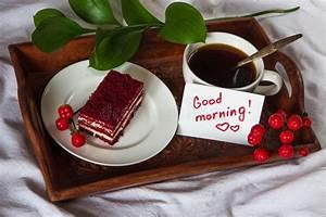 Frühstück Am Bett : fr hst ck im bett schale kaffee rot samt kuchen und anmerkung mit t stockbild bild von ~ A.2002-acura-tl-radio.info Haus und Dekorationen