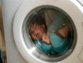 un enfant reste coinc 233 derri 232 re le hublot d un lave linge 224 cause de p 232 re inconscient le