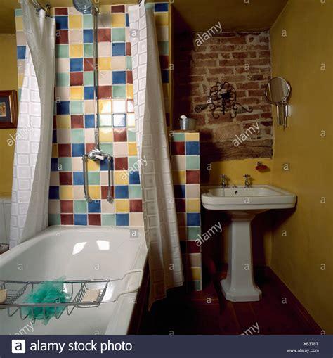 piastrelle colorate doccia cromo su parete con multi piastrelle colorate sopra