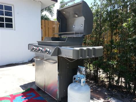 nice clean weber grill   full propane tank delivered