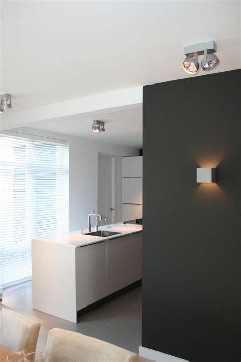 eclairage mural cuisine joli contraste de couleur pour séparer cuisine du séjour