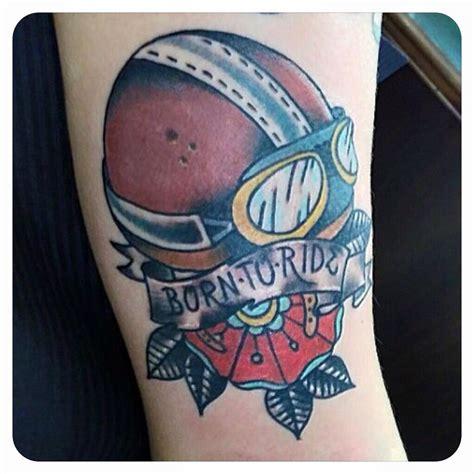 Tatuaje de un casco de moto antíguo