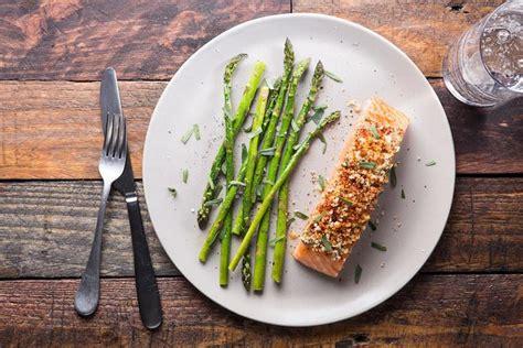 cuisiner un pavé de saumon préparez vous des papillotes de saumon et asperges pour