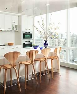 Chaises bistrot pour un ilot de cuisine moderne et confortable for Deco cuisine avec chaise de cuisine blanche