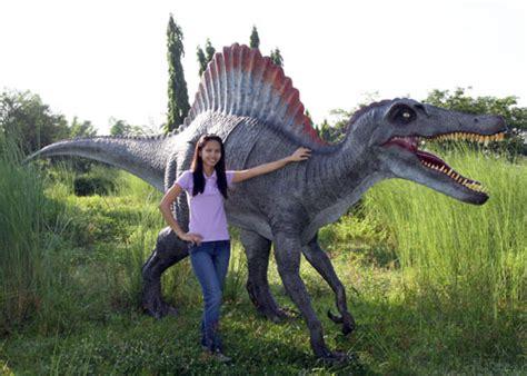 spinosaurus dinosaur statue life size
