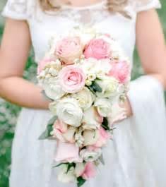 bouquet de mariage photo bouquet de mariée des couleurs pastels et un bouquet tombant