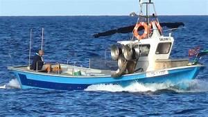 Chalutier De Peche A Vendre : petit bateau de p che p cheur qui fait route terre calafat tarragona espagne youtube ~ Maxctalentgroup.com Avis de Voitures