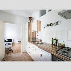 Moderne Einbauküche Mit Weißen Fronten Und Dunkelbrauner