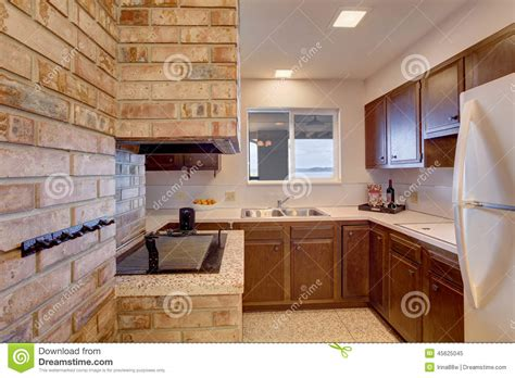 cuisine en sous sol pièce de cuisine de sous sol avec la cheminée photo stock image 45625045