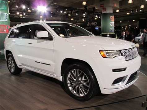 jeep dodge chrysler 2017 the 2017 grand cherokee trailhawk goes after the toyota