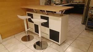 Un bar mange debout vaisselier for Petite cuisine équipée avec meuble de salle a manger blanc