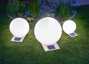 Le Boule Exterieur Solaire by Illuminer Son Jardin Gr 226 Ce 224 La Technologie Led Loisir