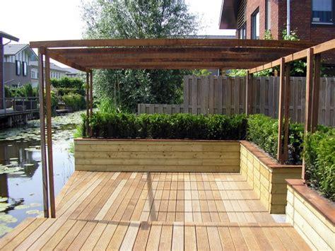 tuin met vijver vlonder en overkapping waarom een pergola in uw tuin hpg hoveniers legt het u uit