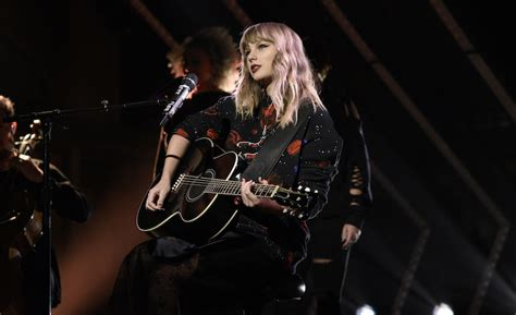 Watch Taylor Swift Perform Her New Songs on 'SNL'