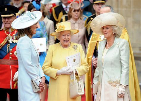 Kromě kloboučku nesmí v jejím outfitu chybět ani skvostné šperky v podobě výrazné brože a. GALERIE: Hřebíček do rakve pro královskou rodinu? Takový ...