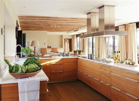 una cocina abierta  reunir  familia  amigos