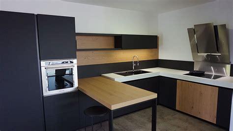 cuisine noir laqué plan de travail bois showroom cuisiniste ancenis nantes riaillé