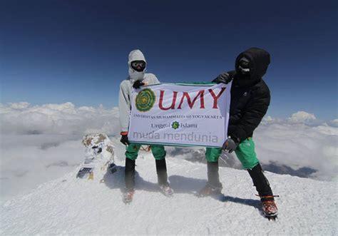 mapala umy berhasil kibarkan bendera merah putih  gunung