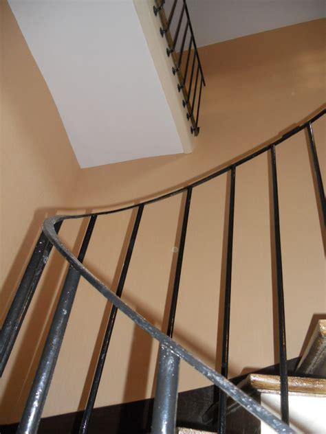 papier peint cage d escalier pose de papier peint dans une cage d escalier de grande hauteur s 233 vign 233 peinture artisan