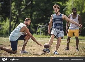 multiculturais homens jogando futebol — Stock Photo ...