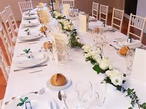 demande en mariage des compositions florales sur chandeliers