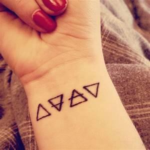 Tatouage 4 éléments : little wrist tattoo of the alchemic symbols of four basic ~ Nature-et-papiers.com Idées de Décoration