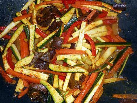 comment cuisiner les nouilles chinoises nouilles sautées aux 4 légumes et tempeh sauce teriyaki vegan