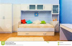 Bett Und Schrank : helles schlafzimmer mit einem bett und einem schrank ~ Michelbontemps.com Haus und Dekorationen
