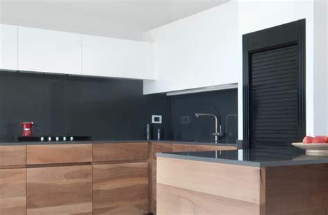 cuisine avec plan de travail noir plan de travail cuisine moderne en et bois