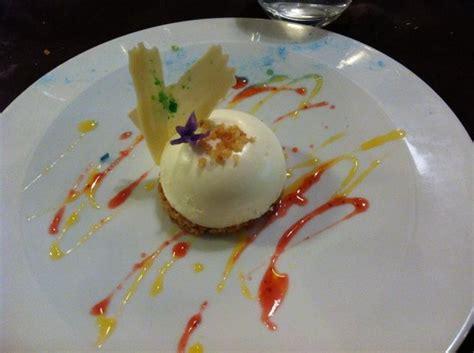 dessert dome chocolat blant aux coeur coulant fruit de la sur biscuit croquant