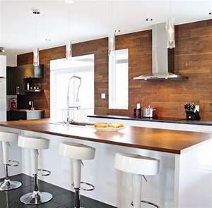 Witte keuken met houten werkblad op het keuken eiland en for Deco cuisine avec chaise blanche contemporaine