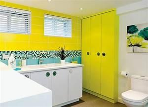 salle de bains jaunes 32 idees pour une decoration lumineuse With salle de bain jaune et bleu