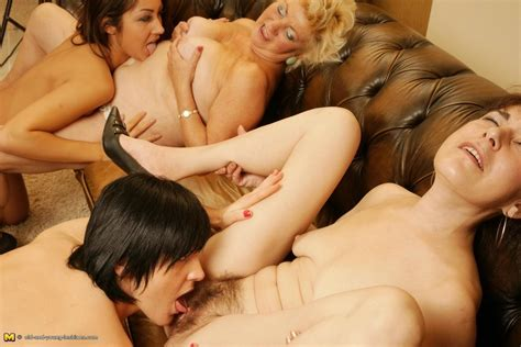 Four old and young lesbians play with each other - Pichunter
