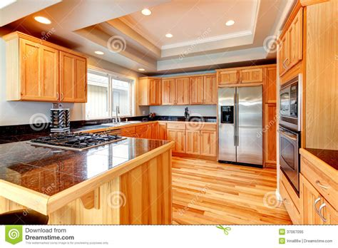mi bois cuisine cuisine en bois lumineuse avec le plafond coffered photo