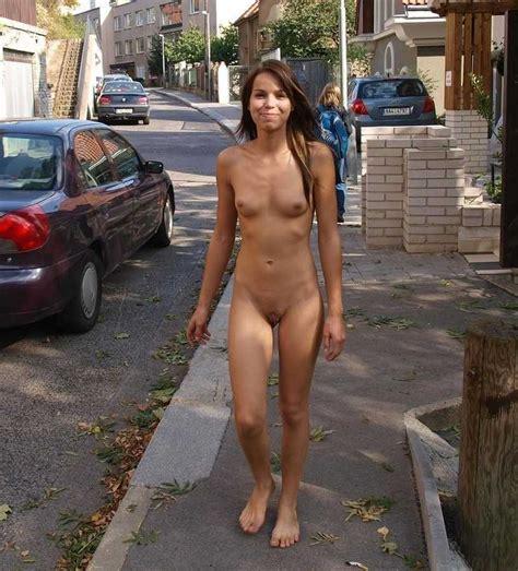 Exhibe Dans La Rue Avec Des Amatrices Pas Farouches